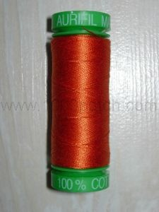 Bobine de fil AURIFIL ORANGE FONCE main et machine